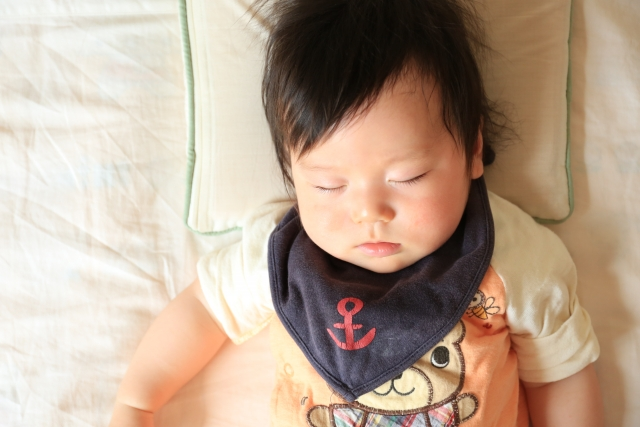赤ちゃんに羽毛布団はダメ?窒息やアレルギーの危険があるって本当?赤ちゃん用布団の正しい選び方