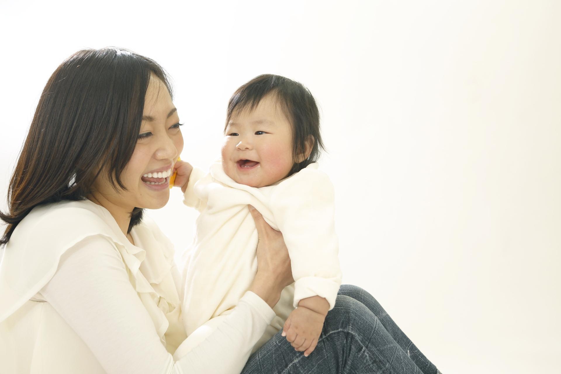 赤ちゃんが嫌がって動いたり暴れて上手くいかないときの賢いオムツ替え方法