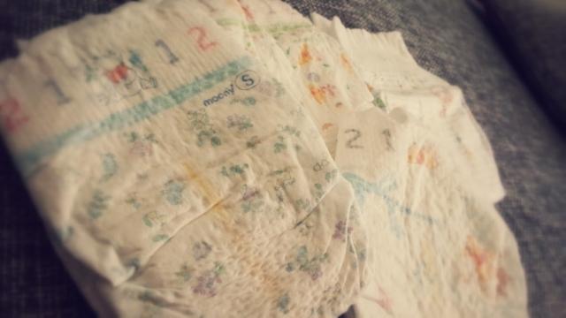赤ちゃんの授乳中などにおむつからうんちが背漏れしてしまうときの原因と対処法