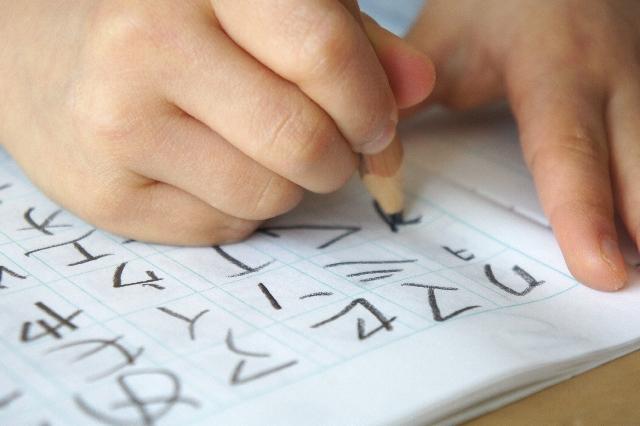 赤ちゃんにひらがなを教えるのはいつから?勉強を始めるのに最適な時期と教え方
