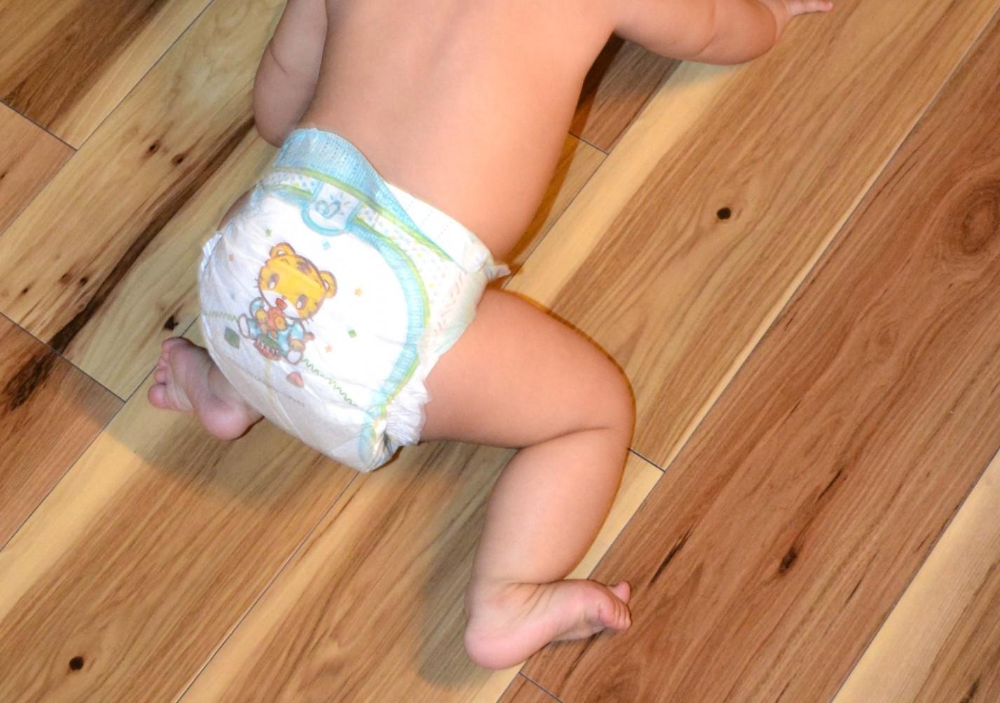 赤ちゃんのおむつがずれて半ケツになったり外れたりするときの対処法とは?
