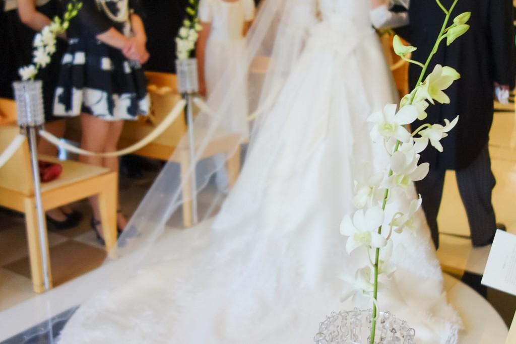 秋の結婚式や二次会向けおすすめの服装・洋服まとめ。寒くなく移動しやすい装いを!