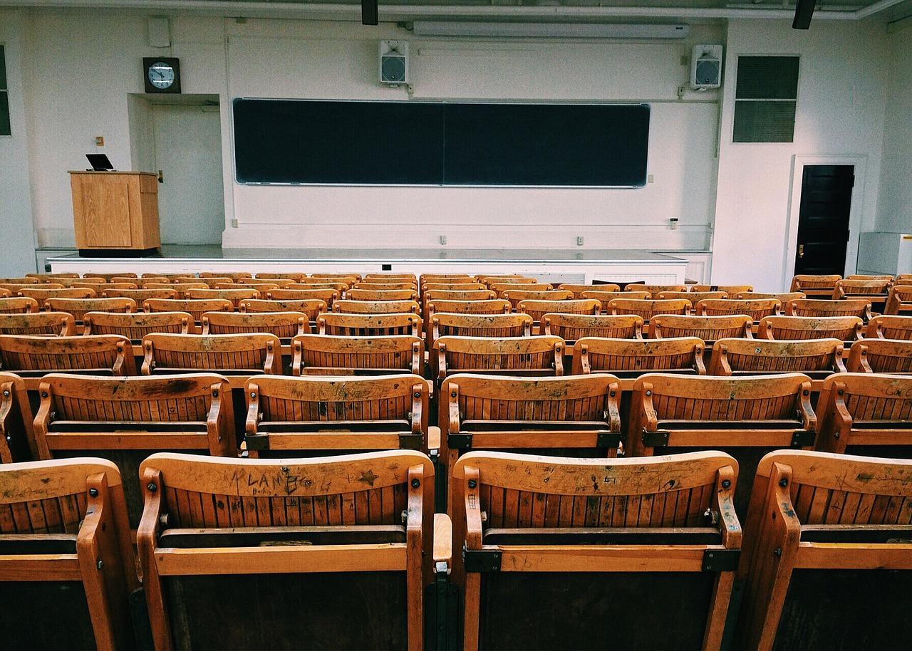 席替えの夢を見た時の意味と心理、今のあなたに必要なこととは?