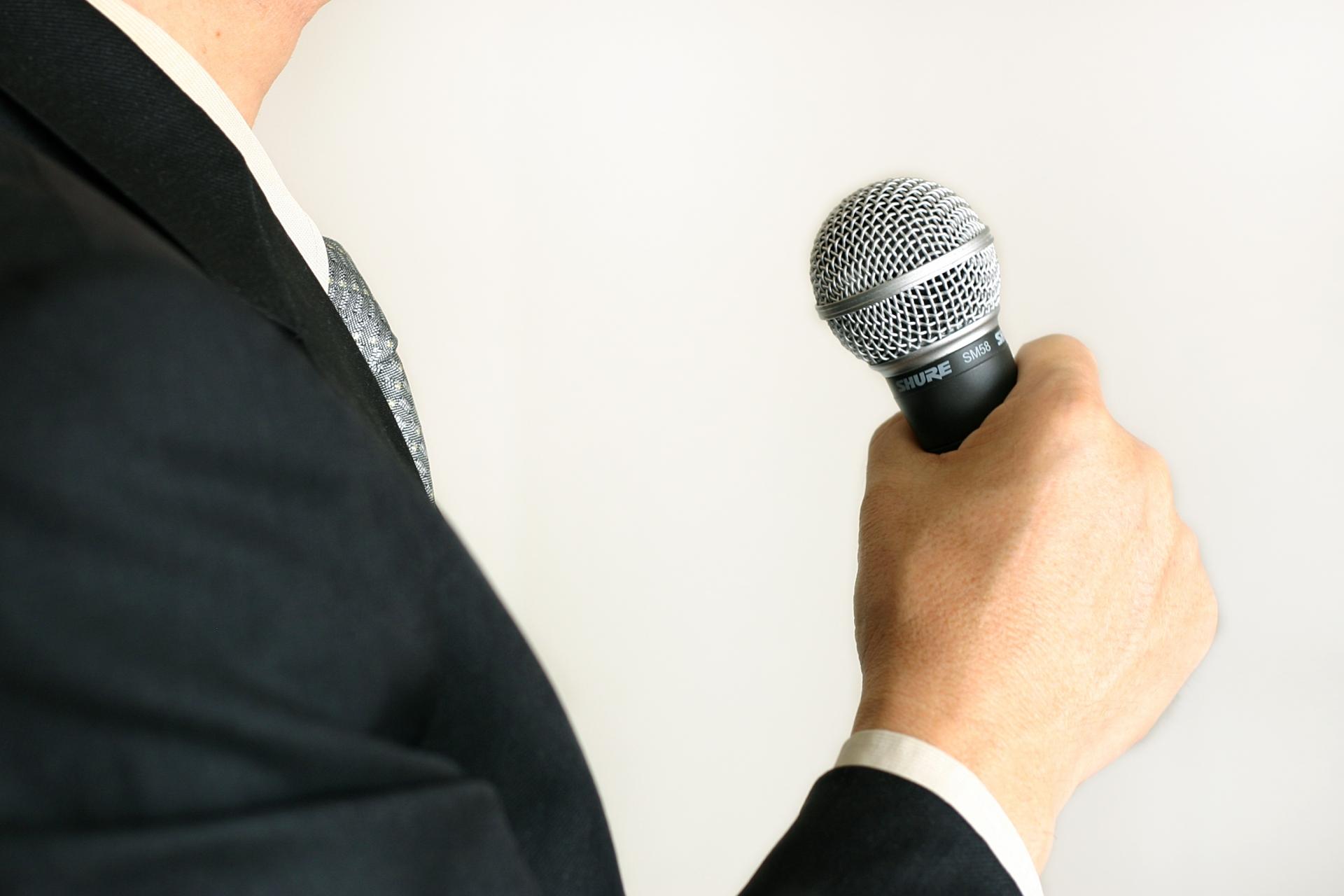 人前で話すのが不安で震えるのはなぜ?緊張をほぐして上手く話す方法